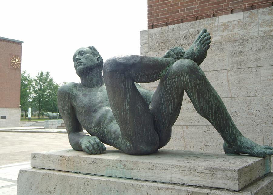 """Die Großplastik """"Diskuswerfer"""" von Karl Albiker an der Südosthecke des Olympiastadions nahe dem Coubertinplatz."""